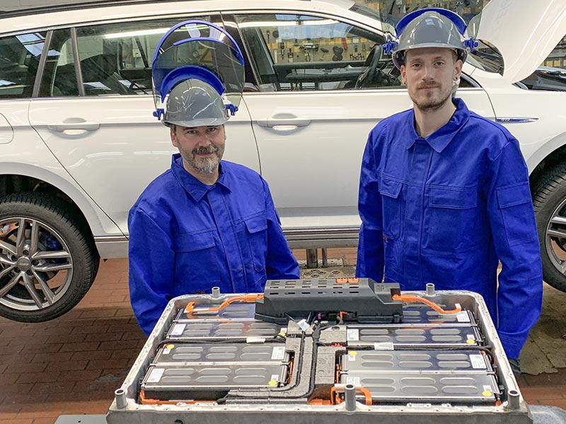 Hochvoltbatterie-Experte und -Techniker